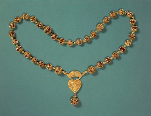 Stock Photo: 1788-27139 Goldsmith's art, Spain-Portugal, 18th century. Gold and amber necklace.