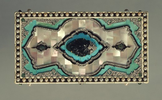 Stock Photo: 1788-27163 Goldsmith's art, France, 20th century. Cosmetics box with mother-of-pearl plaques, turquoises, emerald and rose-shaped platinum decorations, Cartier 1923.