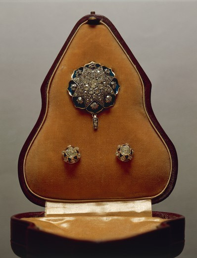 Stock Photo: 1788-27513 Goldsmith's art, England, late 18th century. Enamelled gold and diamonds pendant and earrings, with case.