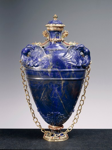 Goldsmith's art, Italy, 16th century. Bernardo Buontalenti (1531-1608), Jacques Bylivelt (1550-1603), Lapis lazuli flask with cover, gold chain and enamelled gold and gilded copper strips, 1583. Height cm. 40.5 : Stock Photo