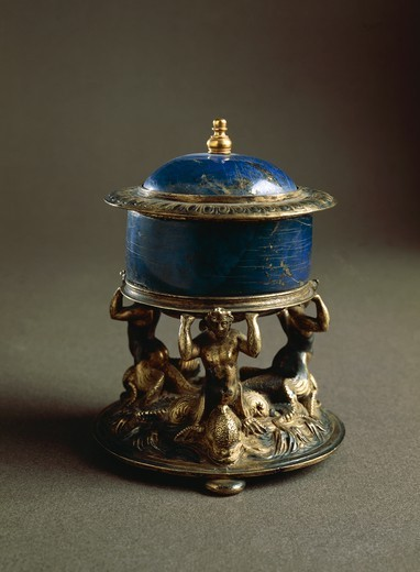 Goldsmith's art, Italy, 16th century. Lapis lazuli salt cellar with gilded bronze stand. : Stock Photo