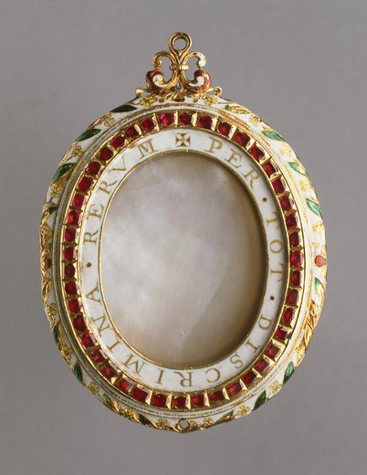 "Goldsmith's art, England, 16th century. Gold, mother-of-pearl, rubies and emeralds pendant of the Spanish Armada, 1580-1600, mm. 60x22. Side of a now lost portrait, bearing inscription """"per tot discrimina rerum"""" (""""through all adversities""""). : Stock Photo"