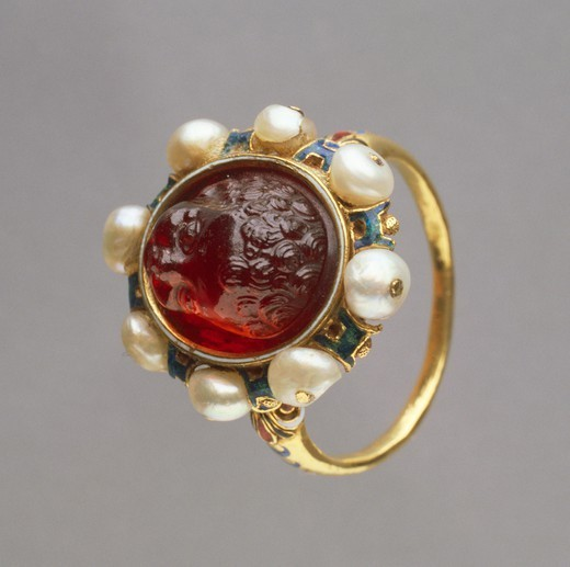 Stock Photo: 1788-28029 Goldsmith's art, Italy, 16th century. Giacomo Anfossi, gold and enamel ring set with baroque pearls with hyacinth engraved on gem.