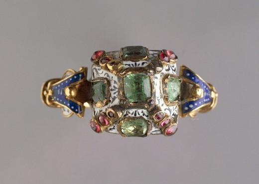 Goldsmith's art, Italy, 16th century. Gold and enamels ring set with emeralds and garnets. : Stock Photo