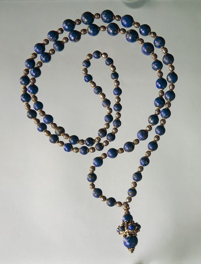 Goldsmith's art, Italy, 20th century. Mario Buccellati, Lapis lazuli waist necklace with gold and silver elements. Part of a parure together with earrings created for Gabriele D'Annunzio, 1930s. : Stock Photo