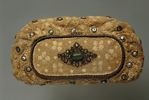 Goldsmith's art, Italy, 20th century. Mario Buccellati, night pochette purse in embroidered fabric with mother-of-pearl set in silver and gold collets, and ornamented with a cabochon cut emerald, 1940s. : Stock Photo