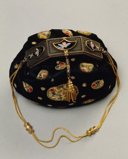 Goldsmith's art, Italy, 20th century. Mario Buccellati, night purse in embroidered fabric with clasp decorated with gold and enamels, circa 1930. : Stock Photo