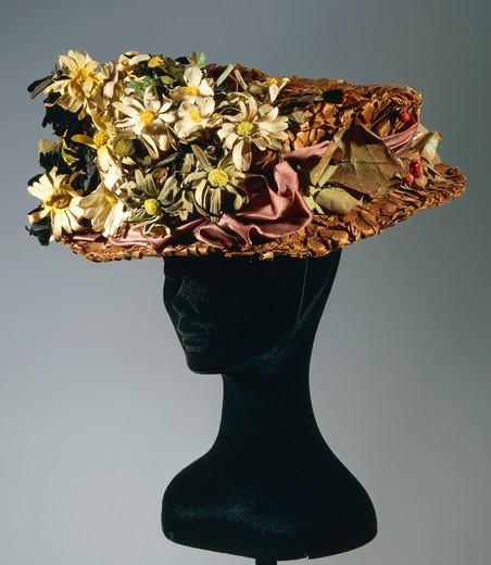 Fashion, 20th century. Women's capote wood straw hat with silk satin flowers, leaves and berries. France, early 1900. : Stock Photo