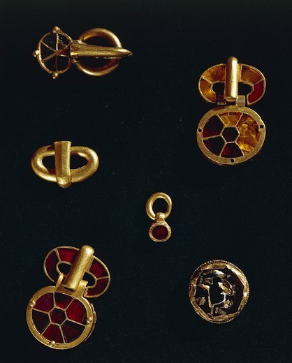 Barbarian civilizations, France, 5th century. Goldsmith's art. Treasure of Pouan, princely burial of a Germanic warrior. Cloisonne' enamel and gold belt buckle and clasps. : Stock Photo