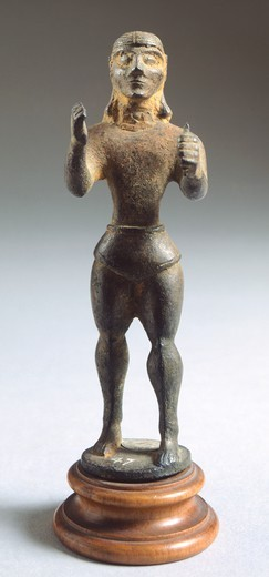 Bronze statue depicting armed figure making offering, front view. Etruscan Civilization, 625-600 BC. : Stock Photo