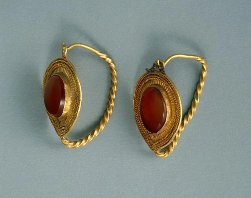 Gold and cornelian earrings, Crimea. Jewellery. Gotho-Alanic Civilization, 3rd-4th Century. : Stock Photo