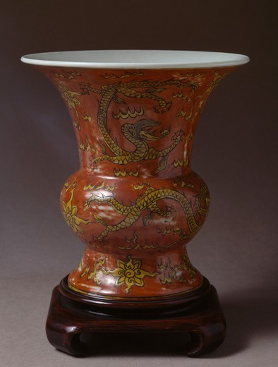 Vase decorated with yellow dragons on a red background, China. Chinese Civilisation, Ming Dynasty, Chia Ching's Reign, 16th century. : Stock Photo