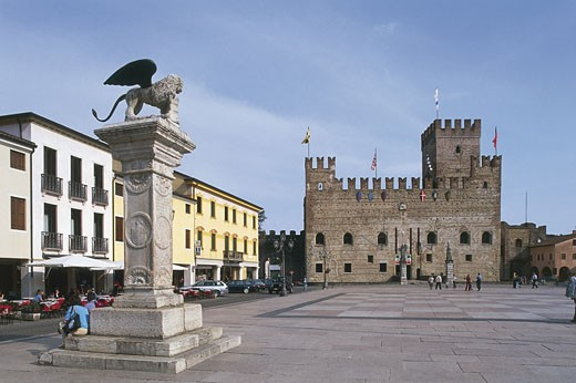 Stock Photo: 1788-8793 Statue in a castle square, Lower Castle, Marostica, Veneto, Italy