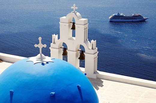 Greece, Santorin island, Thira Fira on the cliff, white house, white church with blue dome, typically Cycladic, Caldeira, cruise boat in the background : Stock Photo