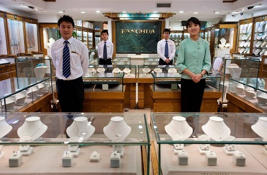 China, Beijing, Fanchua is the best known pearl shop in the country, it is located on the last floor of the pearl market, many showbiz people and heads of state have done their shopping there : Stock Photo