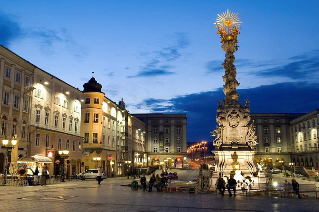 Stock Photo: 1792-102717 Austria, Linz, Hauptplatz, main square of the city and the baroque column of the Holy Trinity erected in 1723