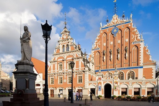 Latvia Baltic States, Riga, historical centre listed as World Heritage by UNESCO, Brotherhood of the Black Heads building dating of 1344 and rebuilt in 1999, Roland statue in the foreground : Stock Photo