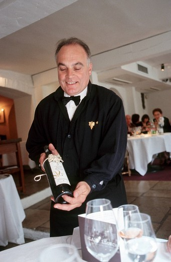 France, Alpes Maritimes, Mougins, Le Moulin de Mougins restaurant, Patrick Baroli, sommelier, introduce wine : Stock Photo