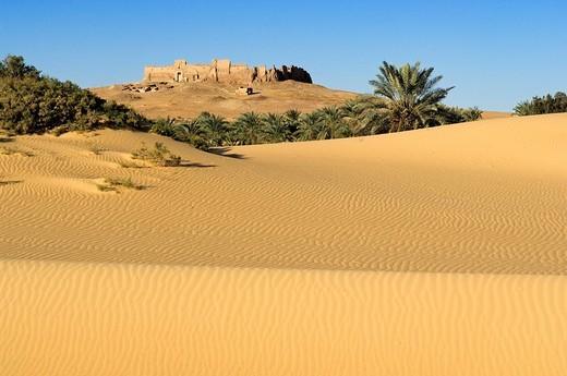 Egypt, Upper Egypt, Libyan Desert, Kharga Oasis, Qasr el Ghueita, former Roman fortress far away : Stock Photo