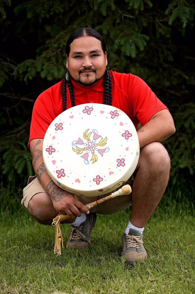 Canada, Ontario Province, Ojibwe Cultural Foundation at M´Chigeeng, initiation to the drum, Amerindian guide Falcon Migwans : Stock Photo