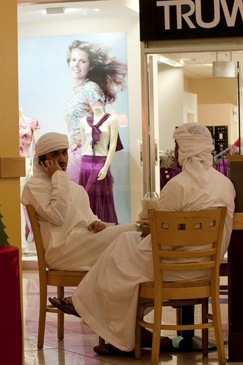 United Arab Emirates, Abu Dhabi, coffee break in a shopping mall : Stock Photo
