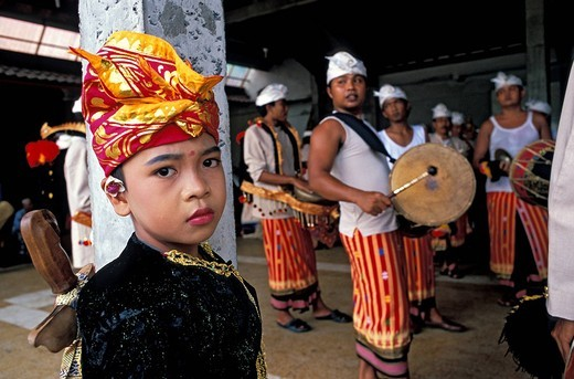 Stock Photo: 1792-117977 Indonesia, Bali, preparation for the Pedusan Alit, a very rare ceremony that is used to honor the Gods and to make everything like new, here in Batubulan, where the last ceremony was organized in 1970, the procession to the temple recreates the Gods world