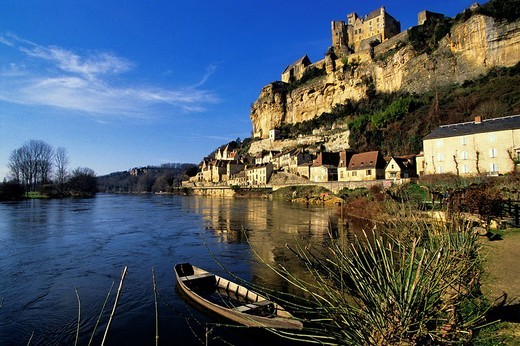 France, Dordogne, Perigord Noir, Dordogne Valley, Castelnaud la Chapelle, Chateau de Castelnaud, Musee de la Guerre au Moyen Age Museum of Middle Ages War in the Medieval castle facing to the Beynac castle, his rival during the Hundred Years´ War : Stock Photo