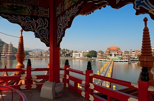 Stock Photo: 1792-121765 Taiwan, Kaohsiung, Lotus Pond, Enlightenment Temple along the lake