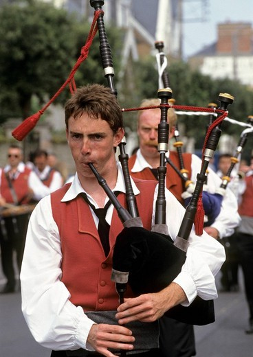 France, Ille et Vilaine 35, Saint_Malo, Quic en Grogne band, biniou or Breton Bagpipes player : Stock Photo