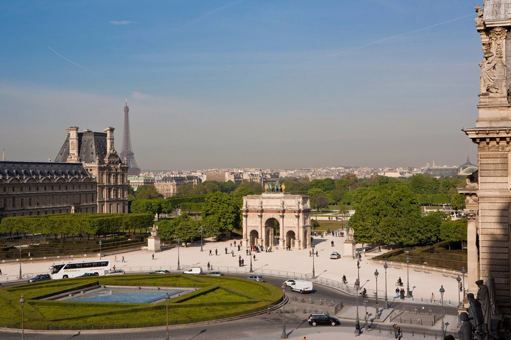 France, Paris, the esplanade of the Louvre Carrousel Arch, and the Eiffel Tower : Stock Photo
