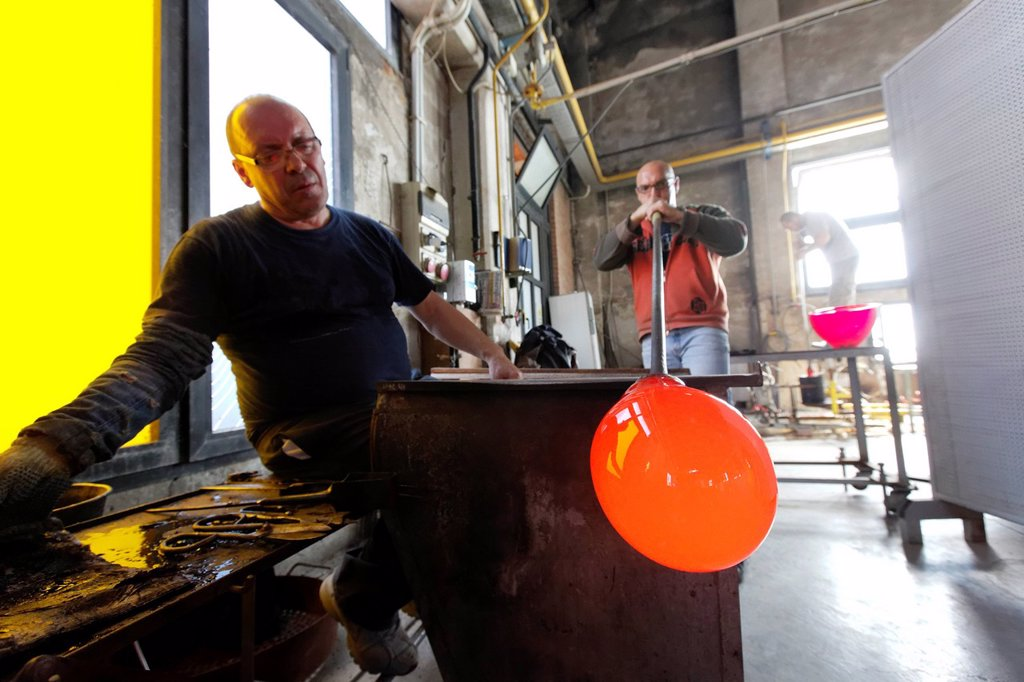 Italy, Veneto, Venice, listed as World Heritage by UNESCO, Murano island, Murano glass, Giorgio Tiozzo master glassmaker, Compulsory Mention : Salviati company : Stock Photo