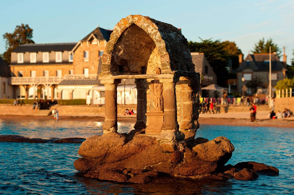 France, Cotes d´Armor, Cote de Granit Rose the Pink Granite coast, Ploumanach, Oratory of Saint Guirec on the Saint Guirec beach at high tide : Stock Photo
