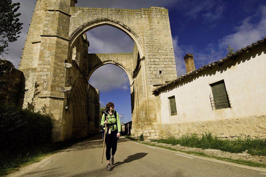 Stock Photo: 1792-134081 Spain, Castile and Leon, Castrojeriz, a stop on el Camino de Santiago, pilgrims walking below the arcades of San Anton monastery, a shelter for pilgrims