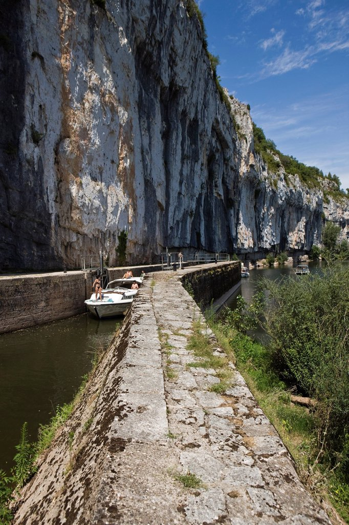 France, Lot, near Saint Cirq Lapopie, Bouzies, navigation on the reach of the lock of GANIL : Stock Photo