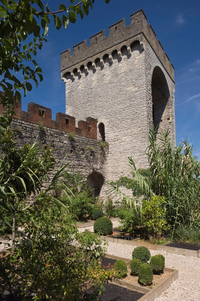 France, Lot, Cahors, The Place of the Crusades Closelet Lucterius, this garden located at the foot of the Barbican is one of the secret gardens of Cahors : Stock Photo