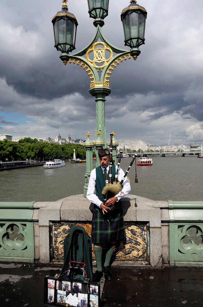 United Kingdom, London, Westminster Bridge, Scots in kilts playing the bagpipes on Westminster Bridge : Stock Photo