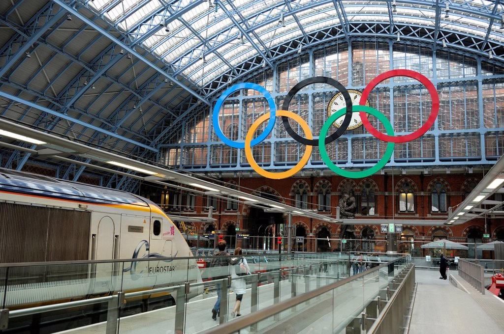 Stock Photo: 1792-142638 United Kingdom, London, St. Pancras station, Eurostar train and tcouple on the platform with the symbol of the Olympic Games