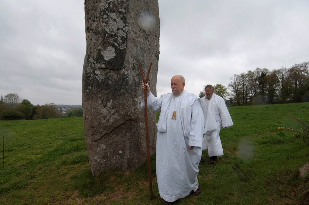 France, Cotes d´Armor, Quintin, druidic gathering on the megalithic site of Pierre Longue Long Stone, with Klaize Dir, high druid of the Druvisia Group and coordinator of the Assembly of Brittany Druids with his forked stick, and Myrdhin, famous Celtic ha. France, Cotes d´Armor, Quintin, druidic gathering on the megalithic site of Pierre Longue Long Stone, with Klaize Dir, high druid of the Druvisia Group and coordinator of the Assembly of Brittany Druids with his forked stick, and Myrdhin, famo : Stock Photo