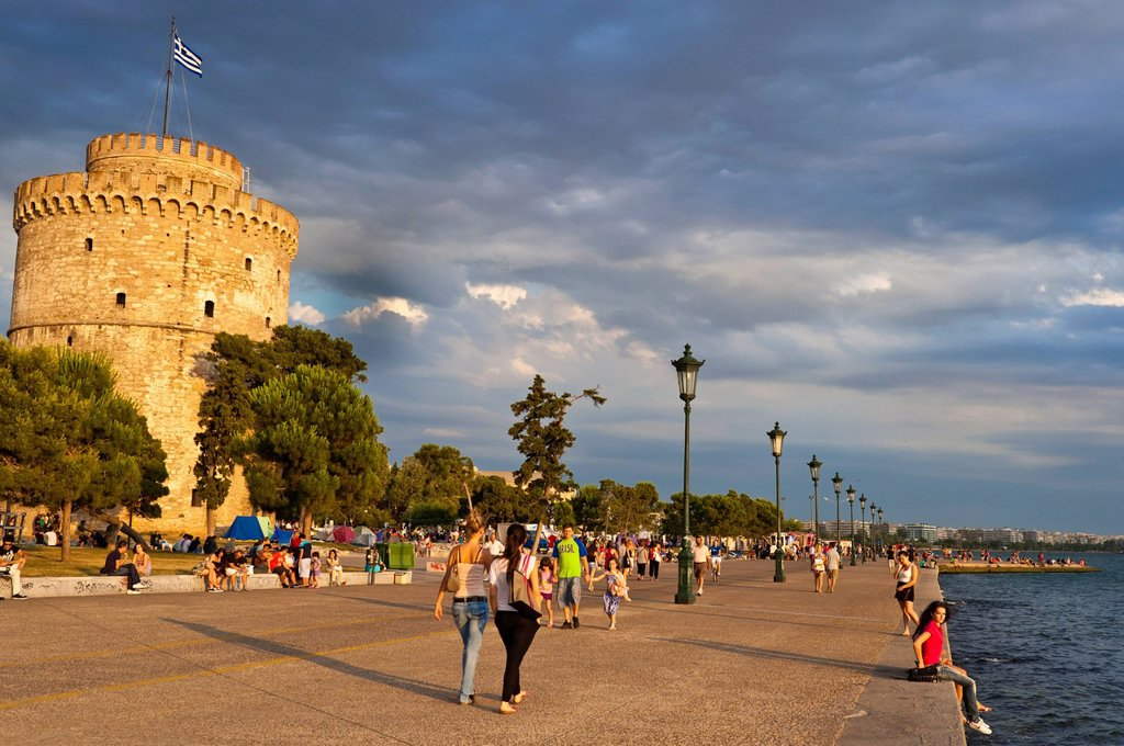 Greece, Macedonia, Thessaloniki, the promenade by the sea Leoforos Nikis and the White Tower, the remains of the 15th century Venetian walls, used as a prison by the Ottomans, is now the symbol of the city : Stock Photo