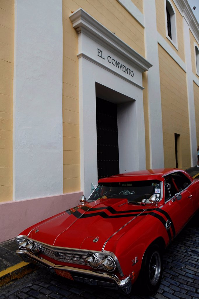 Puerto Rico, San Juan, the capital city, American car parked in front of El Convento luxury hotel, settled in an historic convent : Stock Photo