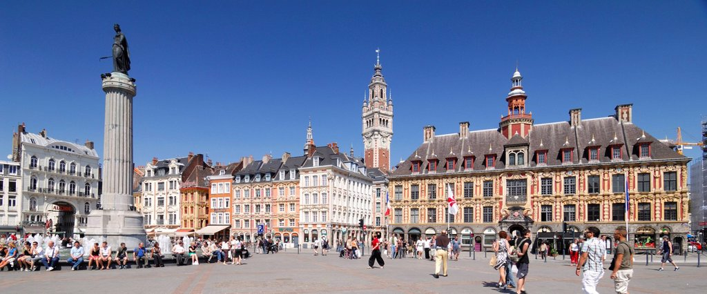 France, Nord, Lille, Place du General de Gaulle or Grand Place with the statue of the goddess on his column and the belfry and the old stock exchange : Stock Photo