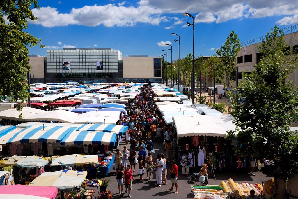 Stock Photo: 1792-151390 France, Herault, Beziers, the district of the Champ de Mars, the Friday market on the Place du 14 juillet 14th of July Square and Andre Malraux Media library