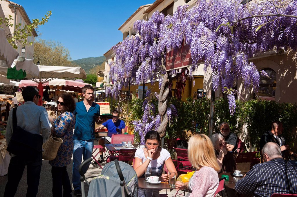 France, Vaucluse, Lourmarin, labeled Les Plus Beaux Villages de France The Most Beautiful Villages of France, coffee break at the friday provencal market : Stock Photo