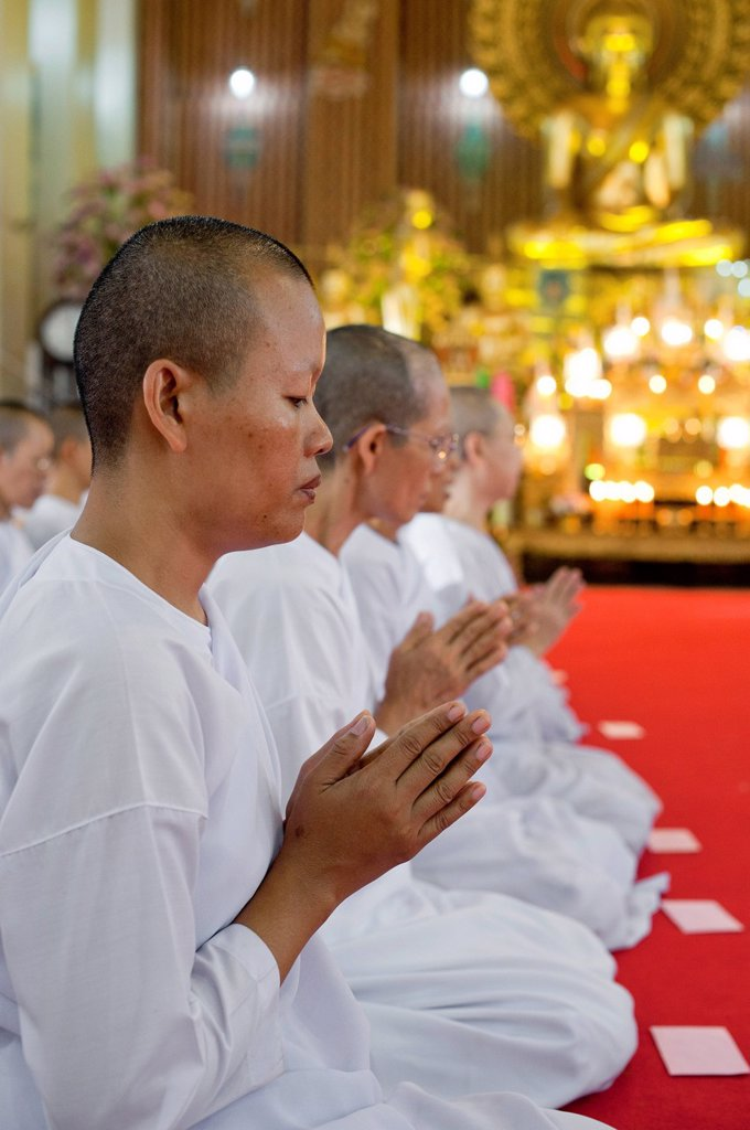 Thailand, Bangkok, Khaosan Road district, offering to nuns at Wat Chana Songkhram Temple : Stock Photo