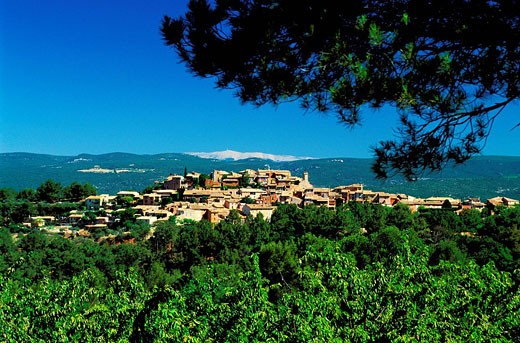 France, Vaucluse, Luberon, Roussillon, labelled Les Plus Beaux Villages de France The Most Beautiful Villages of France, Mont Ventoux in the background : Stock Photo