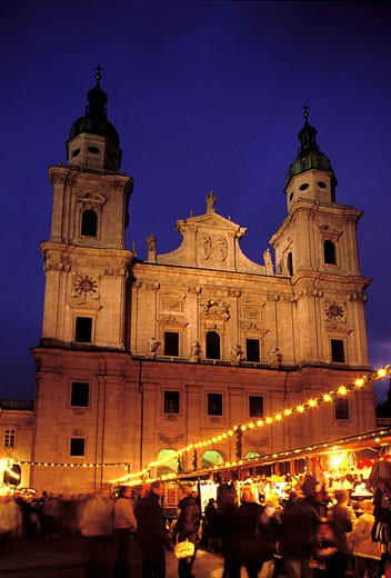 Stock Photo: 1792-43249 Austria, Salzburg, Christmas Market on the Dom Square in front of the Cathedral