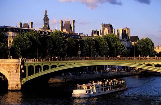 France, Paris (75), pleasure boat passes is passing Notre-Dame Bridge : Stock Photo