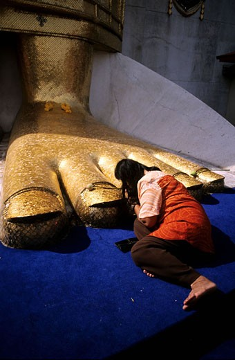 Stock Photo: 1792-51179 Thailand, Bangkok, prayer at the feet of Wat Intharawihan giant Buddha
