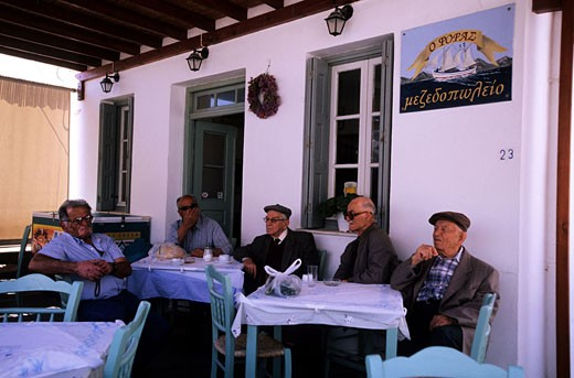 Greece, Cyclades Islands, Milos Island, Plaka (the county town of the island), the kafeneion is the meeting place for the old men : Stock Photo