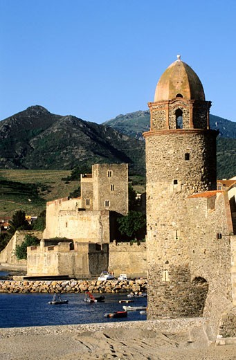 Stock Photo: 1792-59273 France, Pyrénées-Orientales (66), Collioure, church of Notre-Dame-des-Anges and the royal castle
